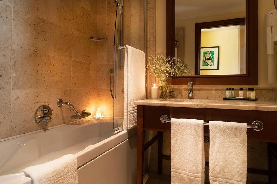 Il-Picciolo-Etna-Classic-Room-Bathroom